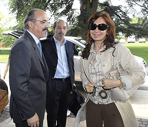 Carlos Tomada, el vocero Núñez y Cristina Kirchner, en un viaje a Suiza. (Foto: Presidencia)