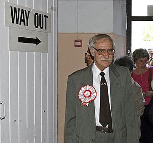 Joe Bossano, al entrar al colegio electoral. (Foto: EFE)