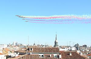 Para acompañar a la polémica de los símbolos, uno de los aviones de la Patrulla Águila desprendía humo morado 'republicano' (Foto: Pablo Romero)