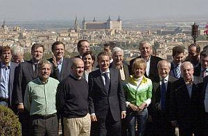 Zapatero posa en la foto de familia tras la reunión del Consejo Territorial de PSOE. (Foto: EFE)
