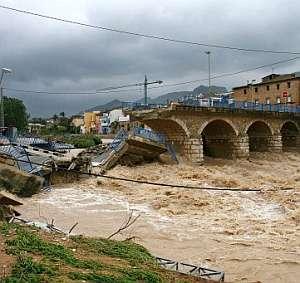 Estado del puente derrumbado en Beniarbeig. (Foto: EFE)