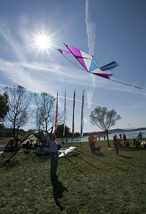 Asistentes al X Festival Internacional de Cometas celebrado en el pantano de Garaio. (Foto: EFE)