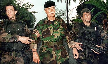 Denard, custodiado por soldados franceses. (AFP/1985)