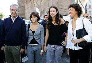 El alcalde romano, Walter Veltroni, con su mujer, Flavia y sus hijas Vittoria y Martina (en el centro). (Foto: AFP)