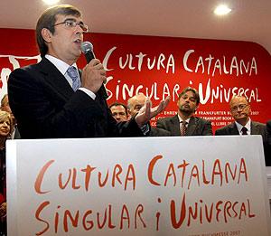 El presidente balear, Francesc Antich, en el 'stand' de Cataluña en la Feria de Francfort. (Foto: EFE)