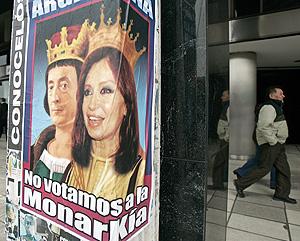 Uno de los carteles electorales que decoran las calles argentinas. (Foto: AP)