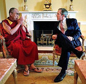 El Dalai Lama, junto al presidente Bush, el pasado 23 de mayo de 2001. (Foto: AFP)