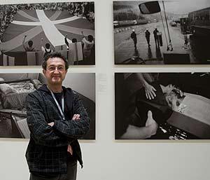 Bernad posa delante de varias de sus fotografías. (Foto: Iñaki Andrés)