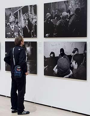 Un visitante observa con detalle una de las imágenes. (Foto: Iñaki Andrés)