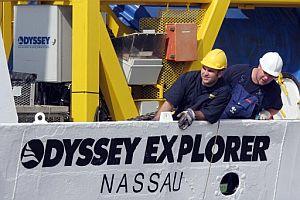 Dos operarios del 'Odyssey', durante la maniobra de atraque en el puerto de Algeciras. (Foto: EFE)