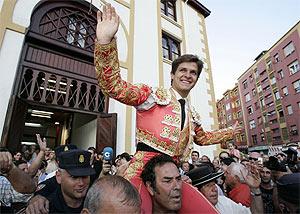 'El Juli' sale a hombros por la puerta grande tras una corrida. (Foto: Cotera)