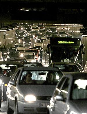 Atasco de vehículos en Madrid. (Foto: Jaime Villanueva | El Mundo)