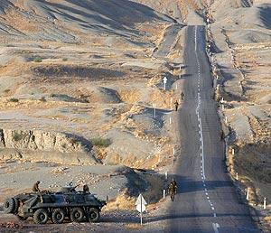 Militares turcos patrullan una carretera en Sirnak, junto a la frontera con Irak. (Foto: AP)