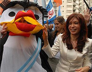 La candidata a presidenta por el Frente para la Victoria, Cristina Kirchner, junto a un seguidor disfrazado de pingüino. (Foto: Presidencia)