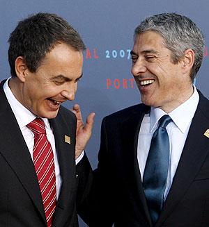 Zapatero y Sócrates bromean durante la cumbre informal de la UE en Lisboa. (Foto: EFE)
