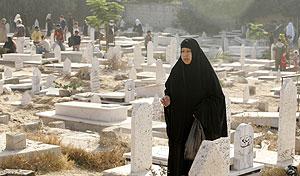 Una mujer palestina visita un cementerio en Gaza. (Foto: REUTERS)