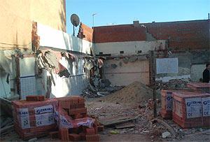 Material de construcción en la vivienda derribada el jueves. (R. Bécares)