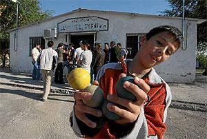 Un niño enseña varias pelotas de goma. (Kike Para)