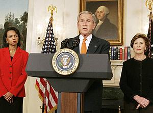 Rice, Bush y la esposa de éste, Laura, durante el discurso en la Casa Blanca. (Foto: REUTERS)