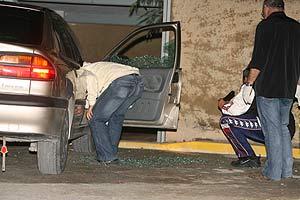 Efectivos de la Guardia Civil investigan el coche donde fue tiroteado. (Foto: Leslie Hevesi)