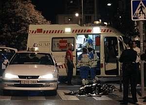 El cadáver del taxista, junto al vehículo. (Foto: EFE)