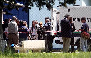 Agentes de la Policía Científica trabajan en el lugar del crimen. (Foto: REUTERS)