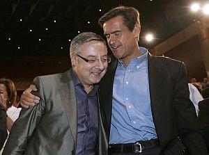 Juan Fernado López Aguilar abraza a José Blanco durante el congreso. (Foto: EFE)