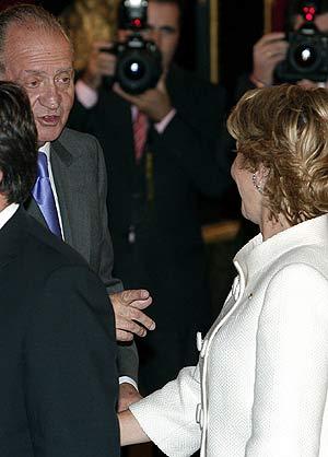 El Rey se dirige a Esperanza Aguirre durante la recepción de la Fiesta Nacional. (Foto: EFE)