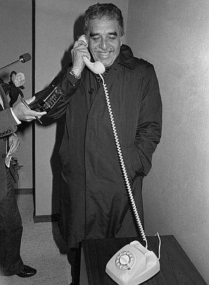 García Márquez conversando por teléfono, durante la escala en Madrid cuando se dirigía a recibir el Nobel. (Foto: EFE)