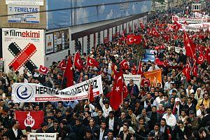 Miles de personas protestan por los enfrentamientos en las calles de Ankara. (Foto: AFP)