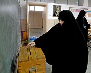 Una mujer vota en el referendo. (Foto: EFE)