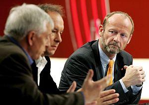 Los candidatos de las elecciones parlamentarias comentan los resultados en televisión. (Foto: EFE)