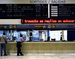 Usuarios del servicio de Cercanías se informan en la estación de Sants. (Foto: EFE)