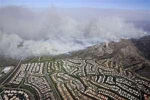 El fuego se acerca a una zona residencial del condado de Orange. (Foto: AP)