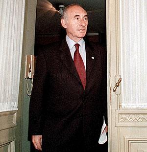 De la Rúa, antes del discurso en el que anunció su dimisión en diciembre de 2001. (Foto: AFP)