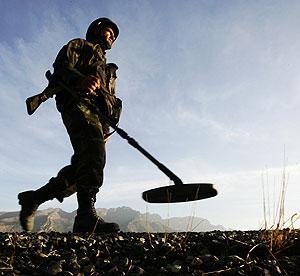 Un soldado turco patrulla junto a la frontera con Irak en busca de minas. (Foto: AFP)