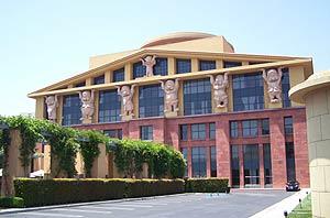 Los enanitos que sostienen uno de los edificios de los estudios Disney. (Foto: V. H.)