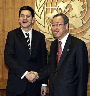 Ban Ki-moon recibe a David Miliband, ministro de Exteriores de Gran Bretaña, en la sede la ONU en Nueva York. (Foto: AP)