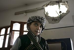Un niño palestino posa en su casa destrozada en Gaza. (Foto: AP)