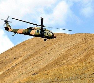 Un helicóptero Sikorsky del Ejército turco sobrevuela una zona fronteriza. (Foto: EFE)