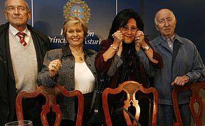 Perla Bittan, directora para Iberoamérica, España y Portugal del Museo del Holocausto, acerca emocionada las manos de los judíos supervivientes. (Foto: Alonso González)