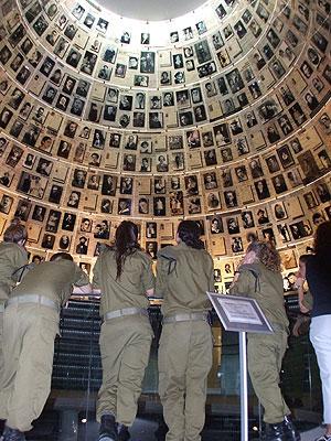 Sala de los Nombres, en el Museo del Holocausto de Jerusalén. (Foto: EFE)