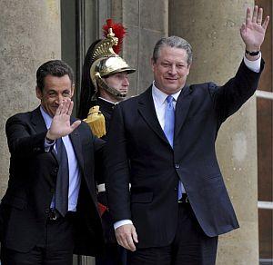 Sarkozy y Al Gore saludan en la puerta del Elíseo. (Foto: EFE)