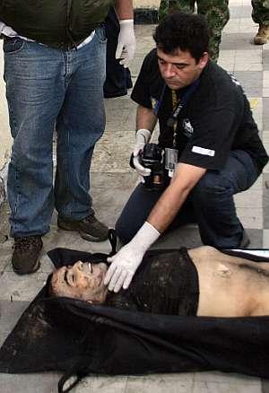 Un forense certifica la muerte del guerrillero 'Martín Caballero'. (Foto: AP)