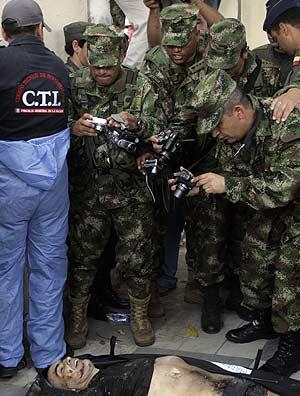Soldados colombianos fotografían el cadáver del guerrillero. (Foto: AP)