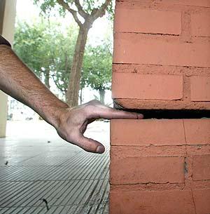 Un vecino muestra una de las grietas en su edificio. (Foto: Antonio Moreno)