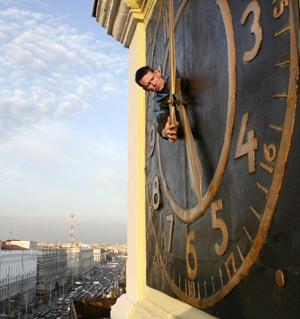 Un operario cambia la hora del reloj de una torre en Minsk (Bielorrusia). (Foto: AFP / Alexei Gromov)