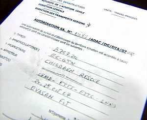 """Documento facilitado por la compañía aérea Girjet por el que las autoridades de la Aviación Civil de Chad autorizan a esta compañía aérea de vuelos charter a operar en su territorio y en la que consta que el motivo del viaje es la """"repatriación de niños"""". (Foto: EFE)"""