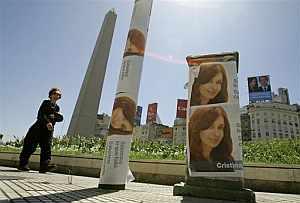 Carteles electorales alrededor del obelisco en Buenos Aires (Foto: AP)