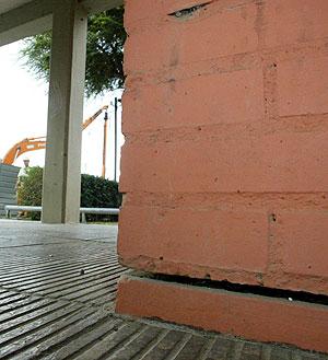 Imagen de una de las grietas provocadas por las obras. (Foto: Antonio Moreno)
